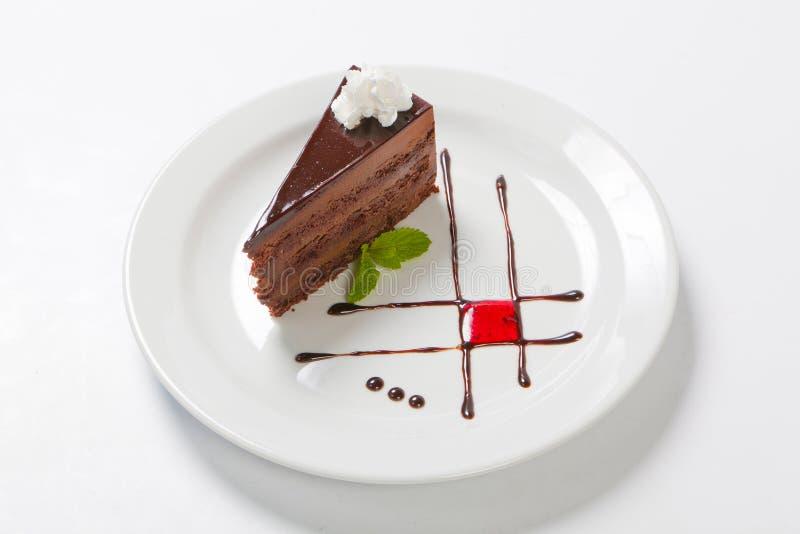 Torta de chocolate con el creame del chocolate y significada fotos de archivo