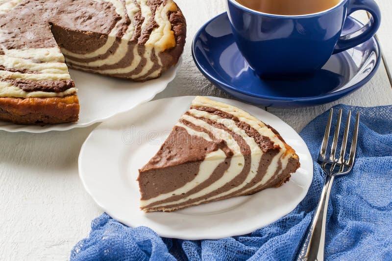 Torta de chocolate con la cebra del requesón imagen de archivo
