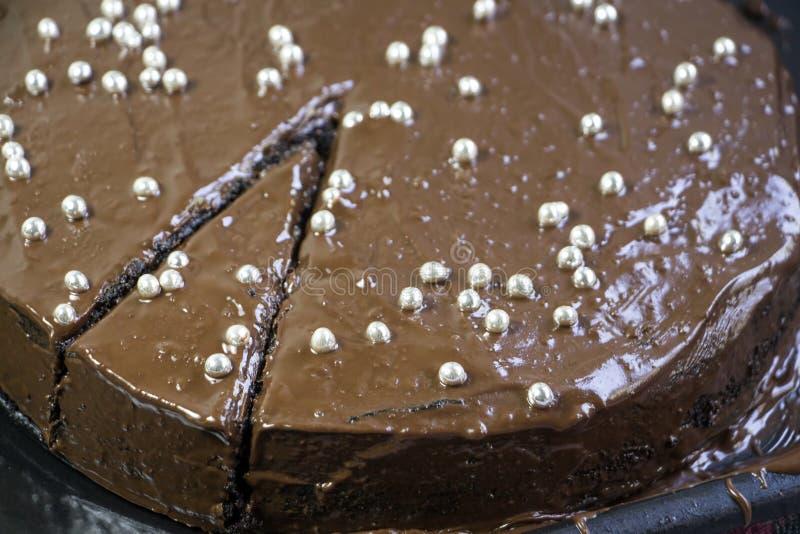 Torta de chocolate con la decoraci?n imagenes de archivo
