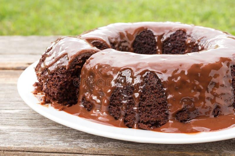 Torta de chocolate con la salsa de chocolate en la placa blanca imágenes de archivo libres de regalías