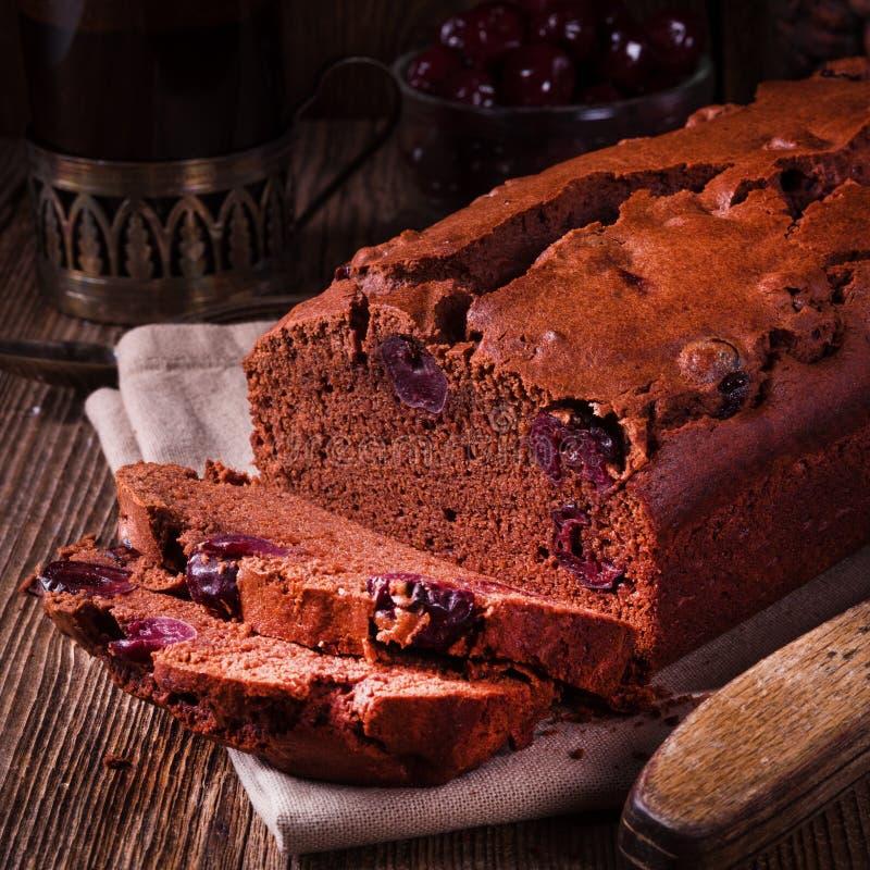 Torta de chocolate con las cerezas imagenes de archivo