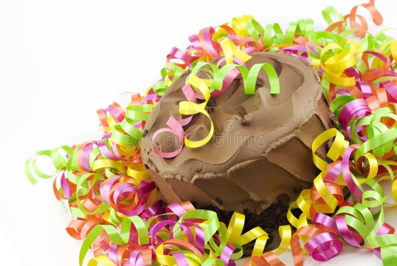 Torta de chocolate con las cintas del partido foto de archivo libre de regalías