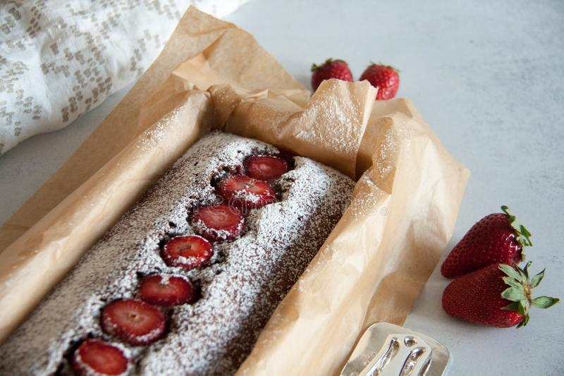 torta de chocolate con las fresas imagen de archivo