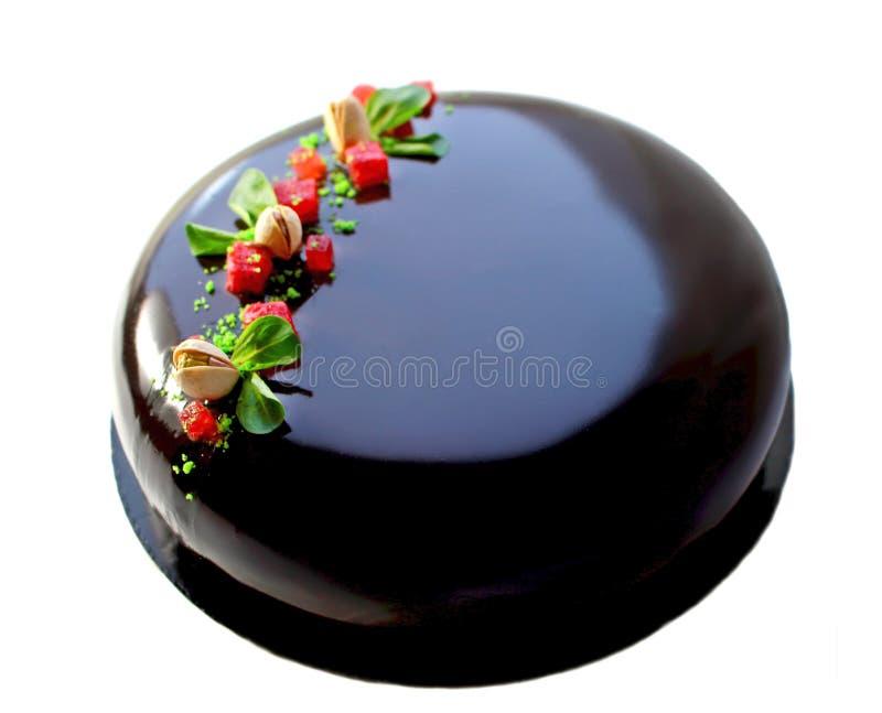 Torta de chocolate con las fresas y las nueces de pistacho enteras fotografía de archivo
