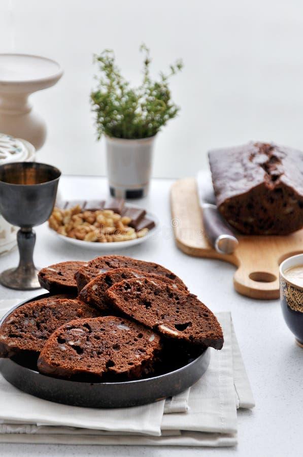 Torta de chocolate con los pedazos del chocolate y de las nueces imagen de archivo libre de regalías