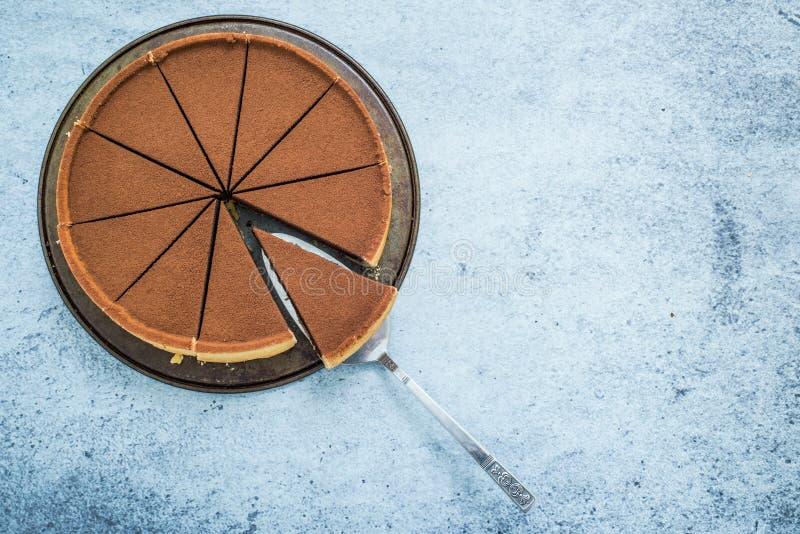 Torta de chocolate cortada para compartir foto de archivo libre de regalías