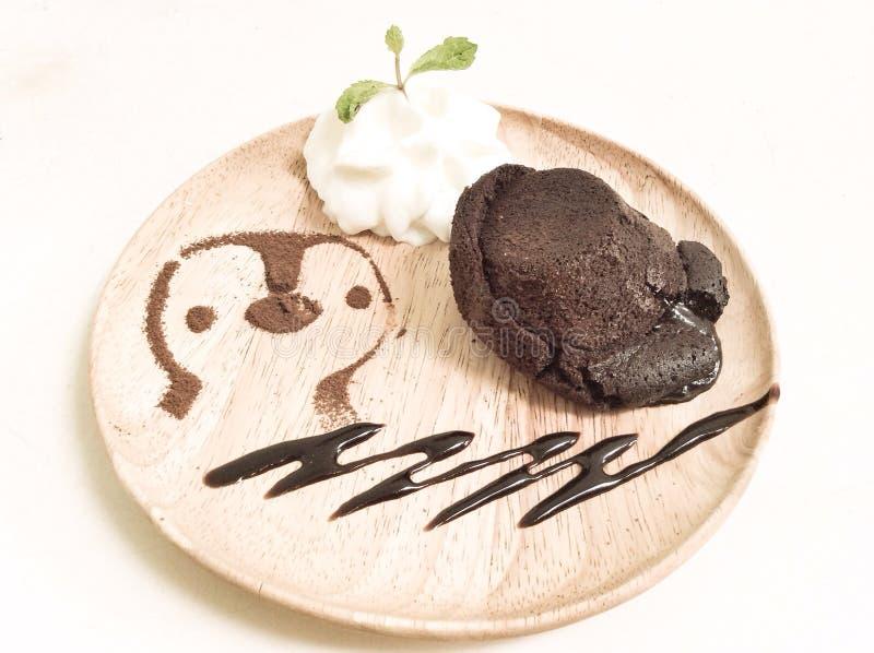 Torta de chocolate de la lava fundida con nata montada fotos de archivo