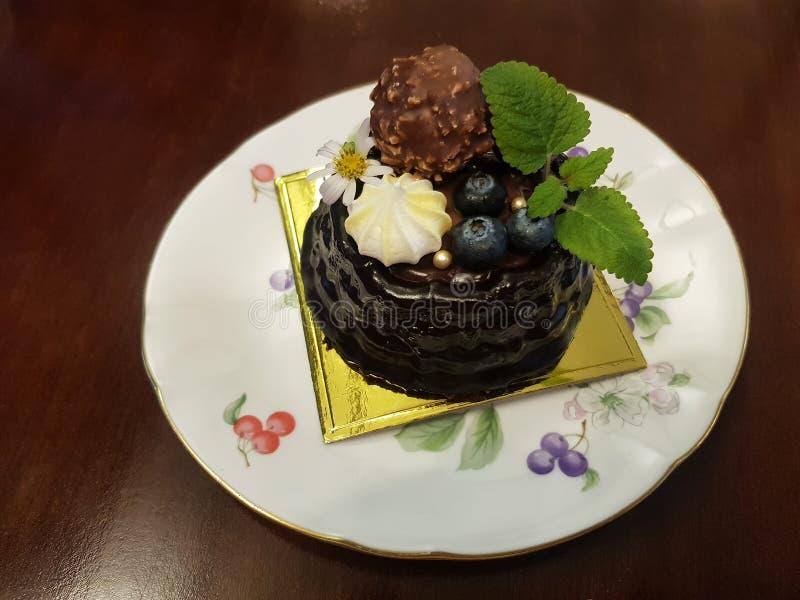 Torta de chocolate del cumpleaños con las frutas en el top, fresas imágenes de archivo libres de regalías