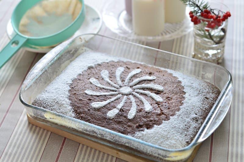 Torta de chocolate deliciosa con el plátano y las pasas fotografía de archivo