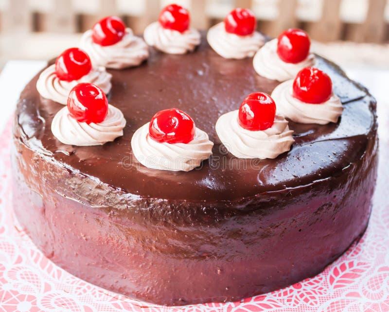 Torta de chocolate deliciosa con la cereza roja fotos de archivo libres de regalías