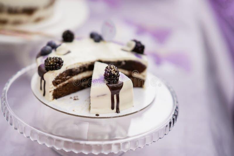 Torta de chocolate deliciosa con la crema y las zarzamoras, postre fresco del verano, foco selectivo fotos de archivo