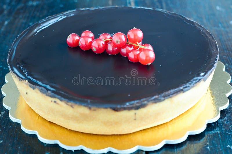 Torta de chocolate deliciosa con las bayas fotografía de archivo libre de regalías