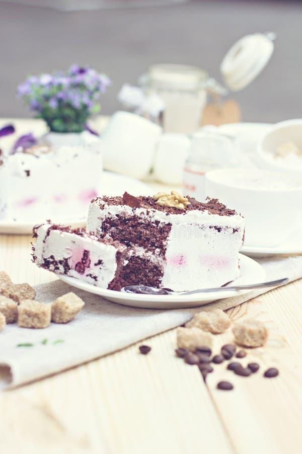 Torta de chocolate deliciosa en la placa fotos de archivo