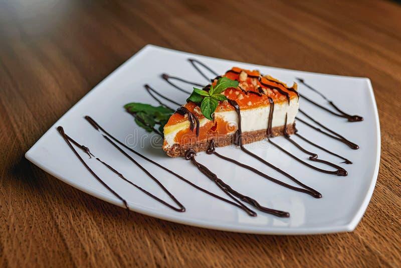 Torta de chocolate en azúcar en polvo fotografía de archivo