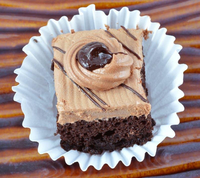 Torta de chocolate en el blackgrourd blanco imágenes de archivo libres de regalías