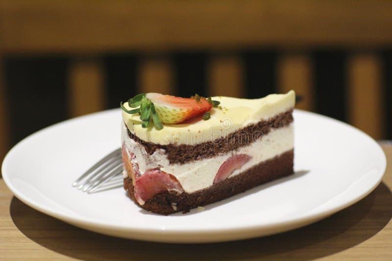 torta de chocolate en el plato imagenes de archivo