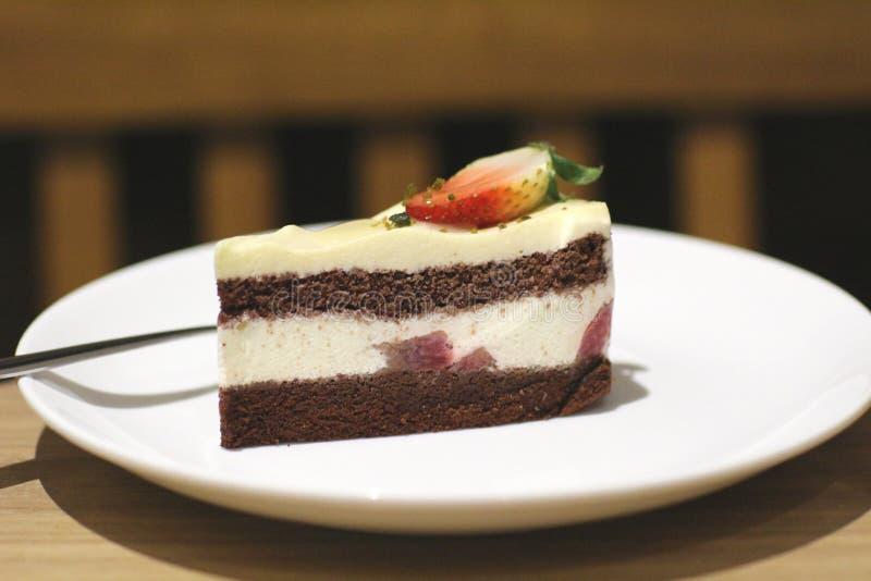 torta de chocolate en el plato fotografía de archivo