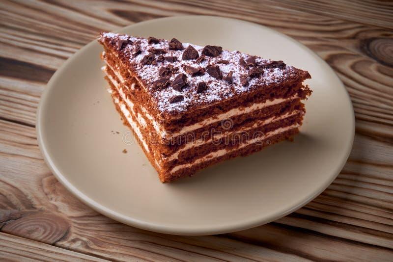 Torta de chocolate en una placa foto de archivo libre de regalías