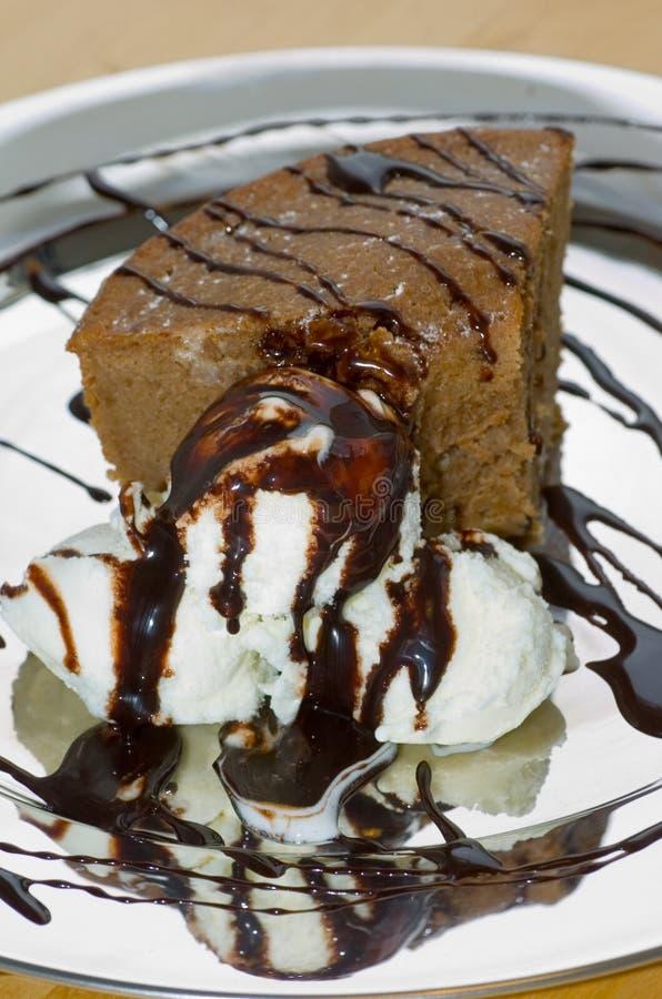 Torta de chocolate hecha en casa con helado imágenes de archivo libres de regalías