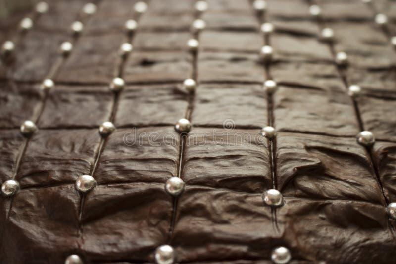 Torta de chocolate marrón de mirada deliciosa con las bolas de plata del azúcar foto de archivo