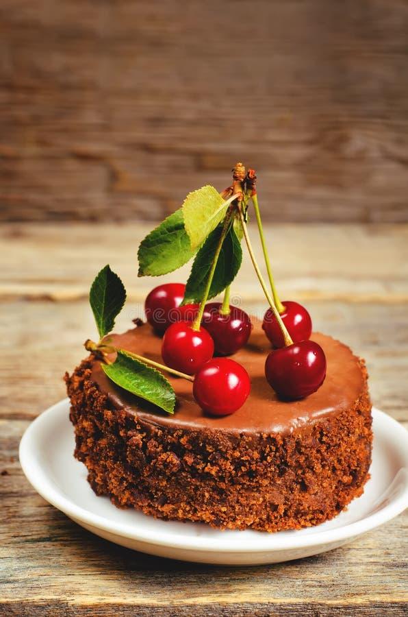 Torta de chocolate mini con las cerezas fotos de archivo