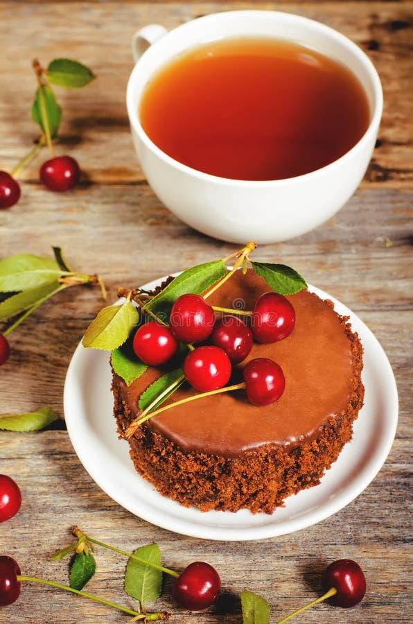 Torta de chocolate mini con las cerezas imagenes de archivo
