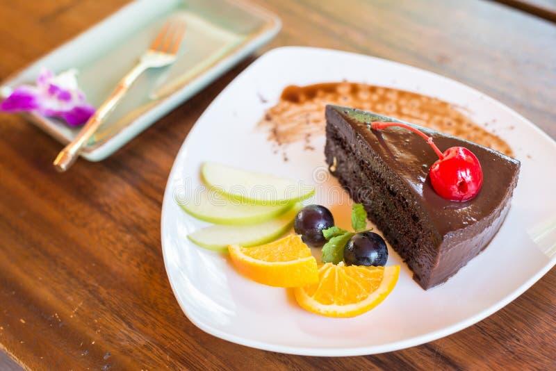 Download Torta De Chocolate Oscura Con El Sistema De La Fruta Imagen de archivo - Imagen de chocolate, wooden: 42437835