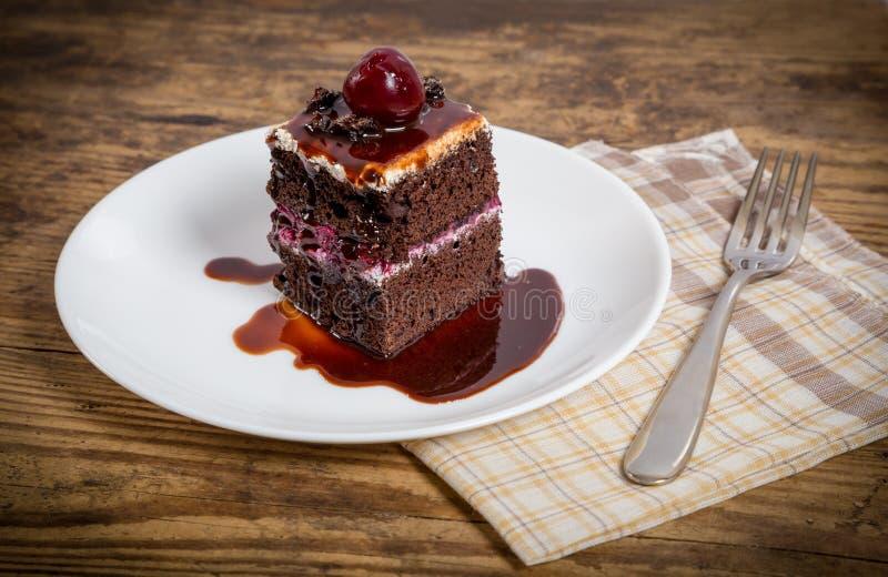 Torta de chocolate oscura con la cereza foto de archivo libre de regalías