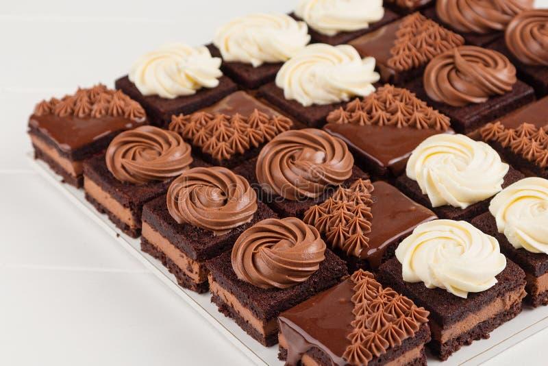 Torta de chocolate repartida fotos de archivo