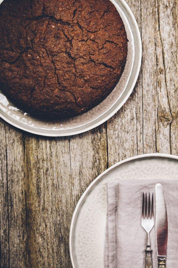 Torta de chocolate sana con la remolacha en una placa gris imagen de archivo libre de regalías