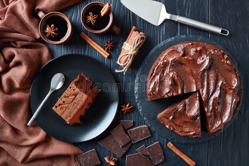 Torta de chocolate servida en una placa fotos de archivo