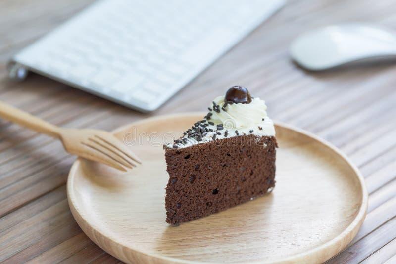 Torta de chocolate y material informático fotografía de archivo libre de regalías