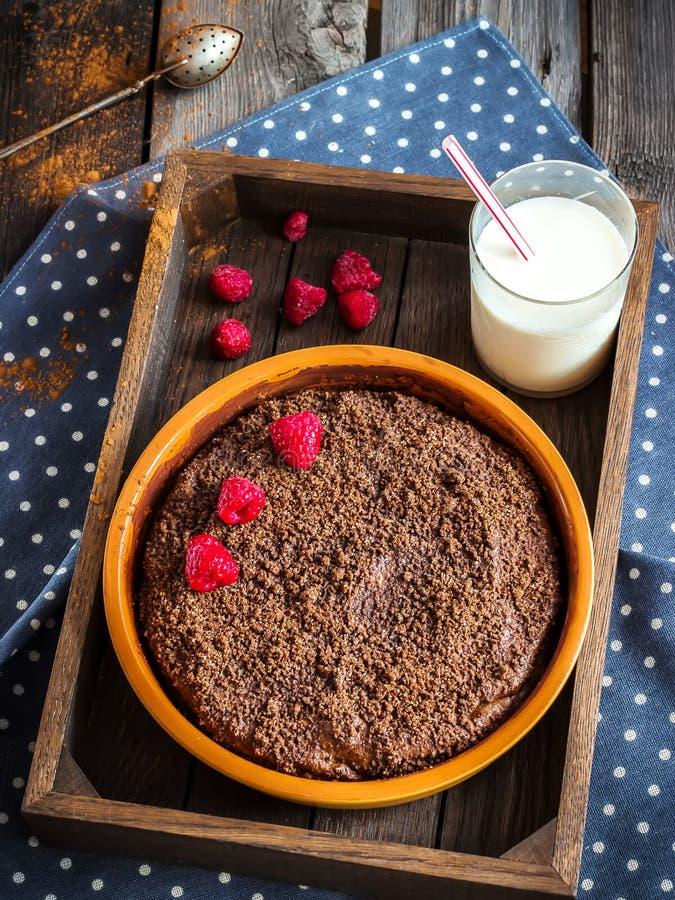 Torta de Chokolate en caja de madera y la taza de té fotos de archivo libres de regalías