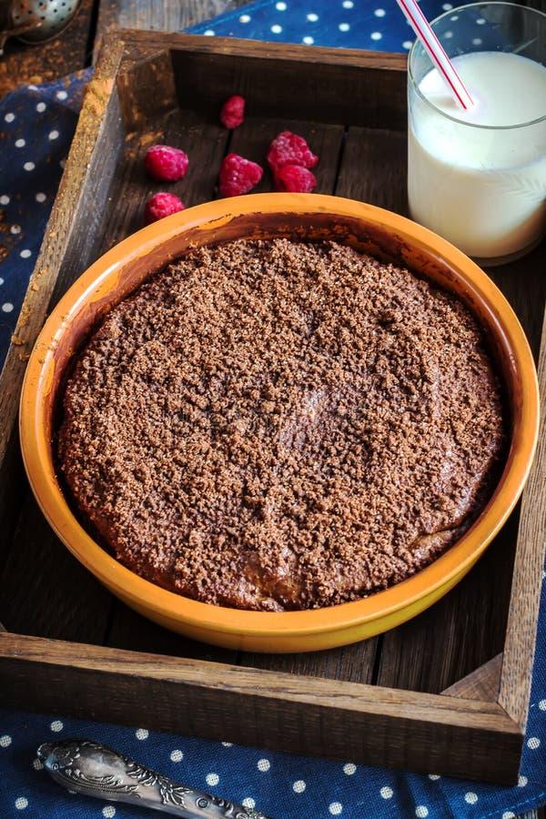 Torta de Chokolate en caja de madera y la taza de té imágenes de archivo libres de regalías