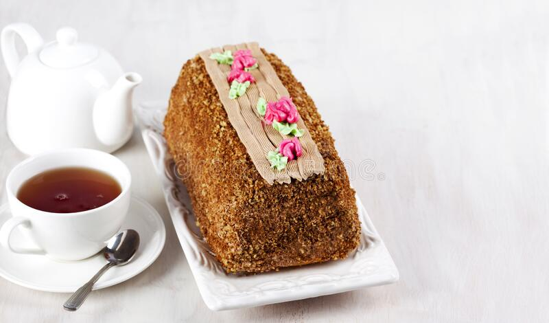 Torta de color crudo adornada con coloridas flores de crema de mantequilla Pastel de registro de Yule Pastel Skazka foto de archivo libre de regalías