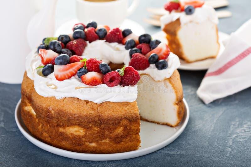 Torta de comida de ángel con crema y bayas imagen de archivo