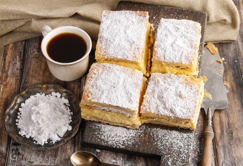Torta de creme feita de duas camadas de massa folhada, enchidas com chicoteado fotos de stock