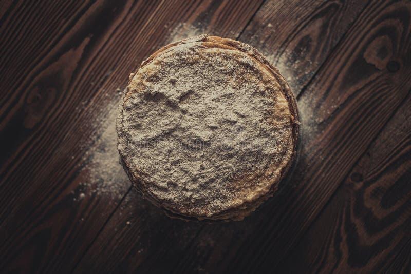 Torta de crepes, fondo de madera del marrón oscuro de la visión superior, rústico imagen de archivo libre de regalías