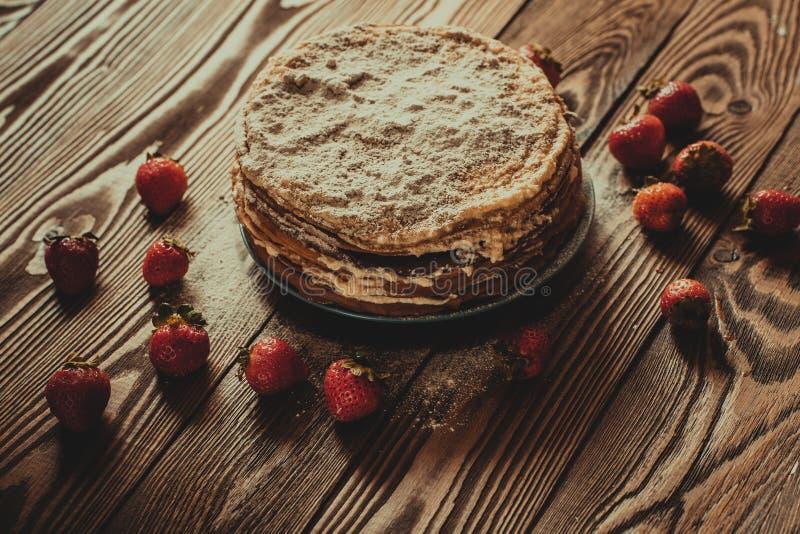 Torta de crepes, fondo de madera del marrón oscuro de la visión superior, rústico fotos de archivo