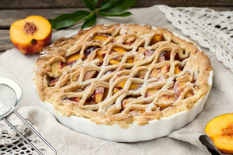 Torta de Crostata com pêssegos e canela imagem de stock royalty free