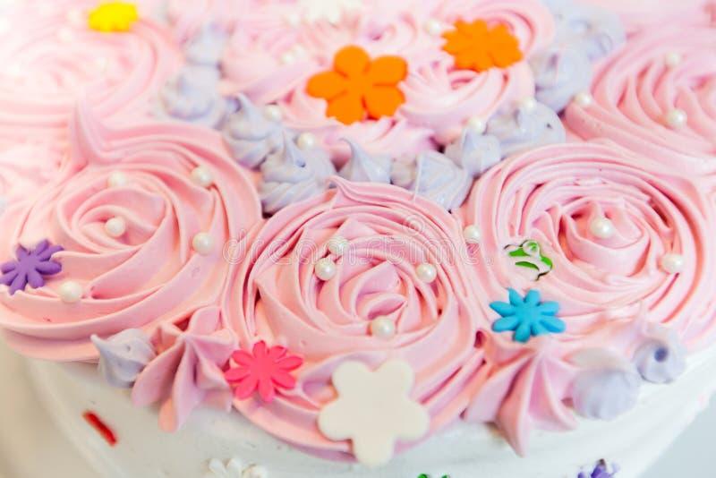 Torta de cumpleaños adornada fotos de archivo