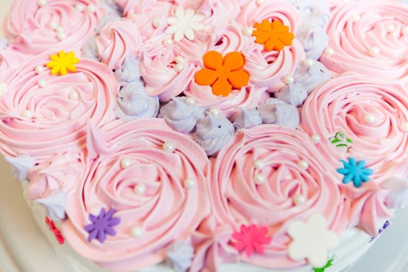 Torta de cumpleaños adornada fotografía de archivo libre de regalías