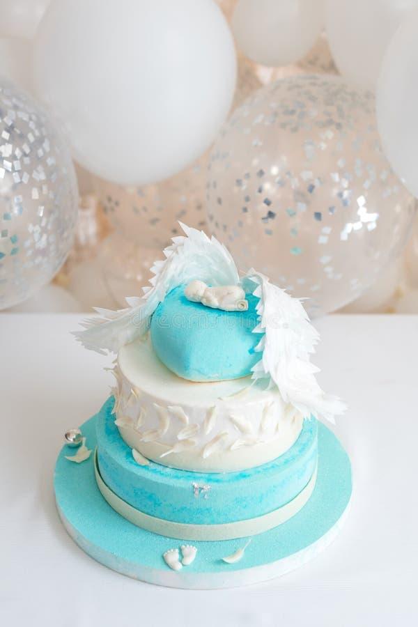 Torta de cumpleaños azul para el bebé Primeras decoraciones del cumpleaños del niño con la torta y los globos fotos de archivo libres de regalías