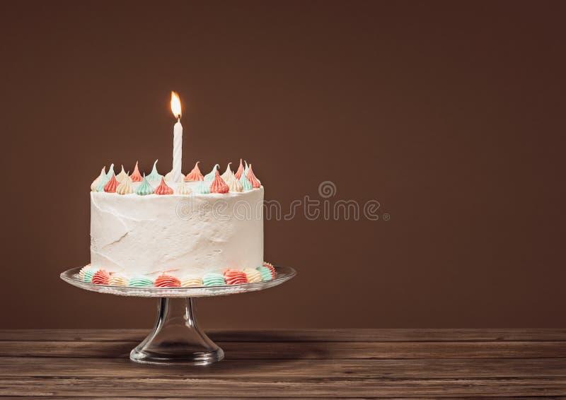 Torta de cumpleaños blanca con la vela fotos de archivo