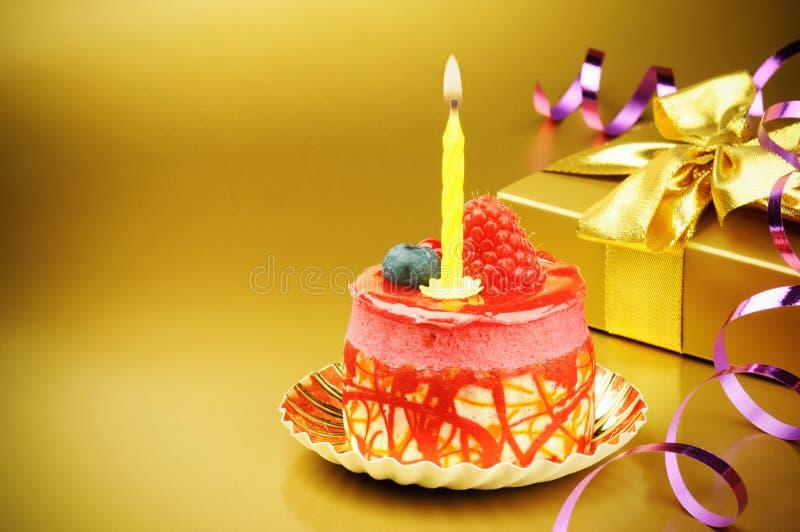 Torta de cumpleaños colorida con la vela foto de archivo