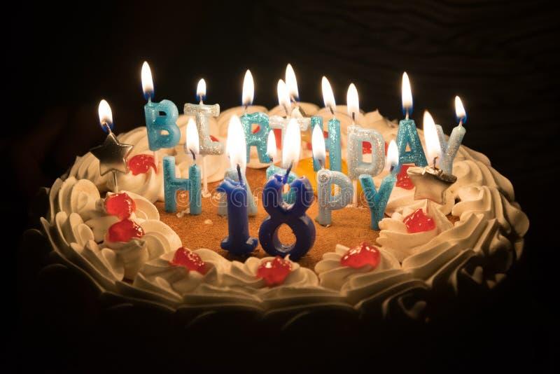 Torta de cumpleaños con dieciocho velas fotografía de archivo libre de regalías