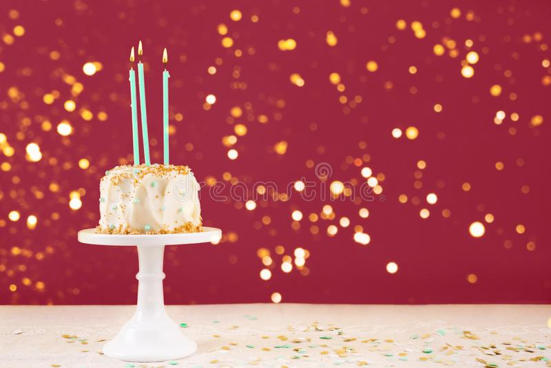 Torta de cumpleaños con la tarjeta de las velas Concepto de la celebraci?n de la fiesta de cumplea?os imagen de archivo libre de regalías