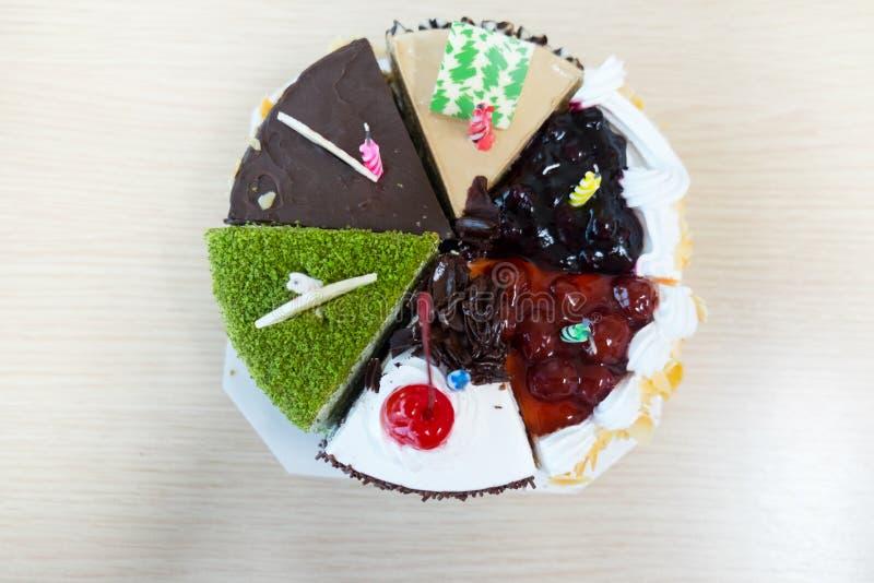 Torta de cumpleaños con la vela imagenes de archivo