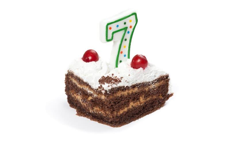 Torta de cumpleaños con la vela número siete imagen de archivo