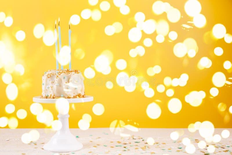 Torta de cumpleaños con las velas Concepto de la celebración de la fiesta de cumpleaños fotografía de archivo